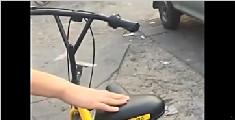 两男子欲撬小黄车 姑娘厉声喝止并录视频护身