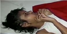印度一女孩随猴群出没 用四肢爬行只会尖叫