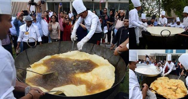 印度大个炸油饼直径达1.47米 有望破纪录