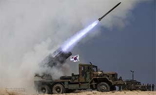 敏感时期韩国演练火箭炮发射