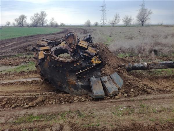 坦克意外撞上高压线:惨烈爆炸只剩零件