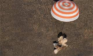 宇航员乘飞船从空间站返回地球
