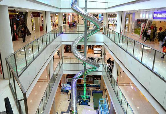 重庆商场现高空螺旋滑梯 12秒体验4层楼高落差刺激
