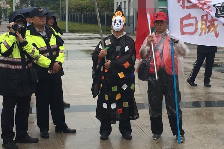蔡当局不讲诚信惹怒退伍军人 抗议者蛋砸台防务部门