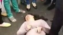 女子抢夺2岁男童遭围殴