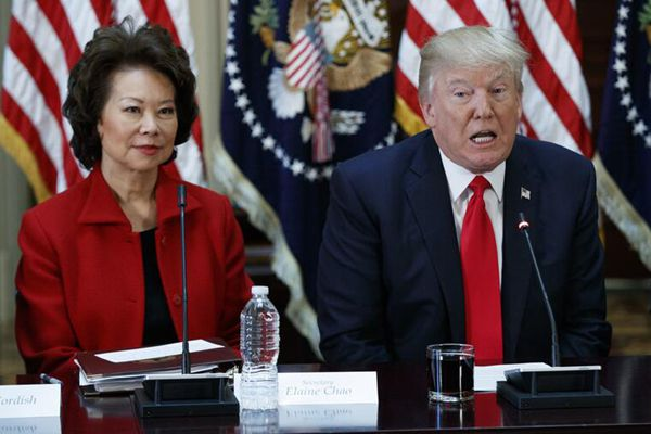 特朗普出席与商界CEO会议 华裔部长赵小兰陪同参加