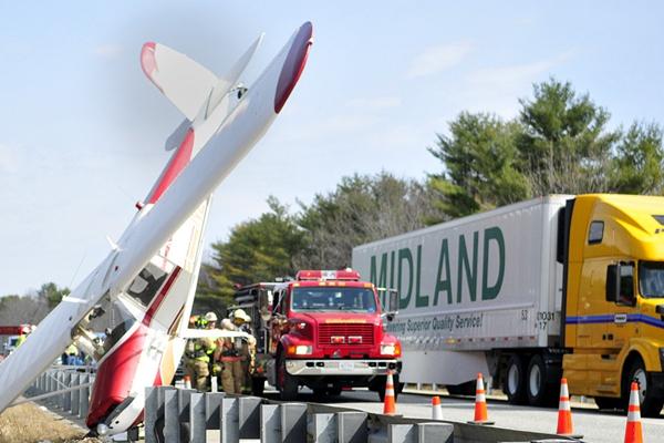 美国一飞机于缅因州295号州际公路坠毁