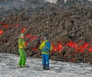 冰火两重天:冒险者在正喷发火山边滑雪