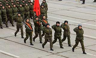 俄胜利日阅兵在即 彪悍女兵彩排