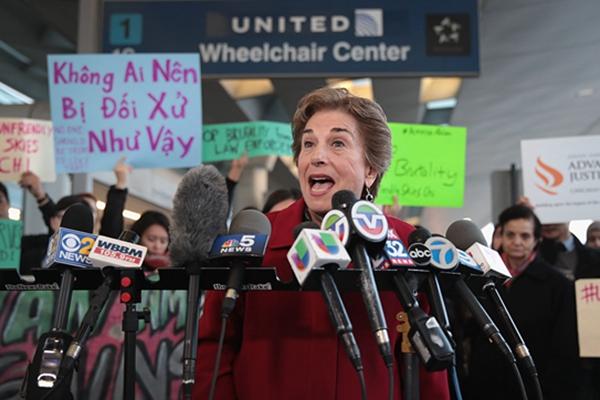 芝加哥民众机场外抗议美联航暴力逐客
