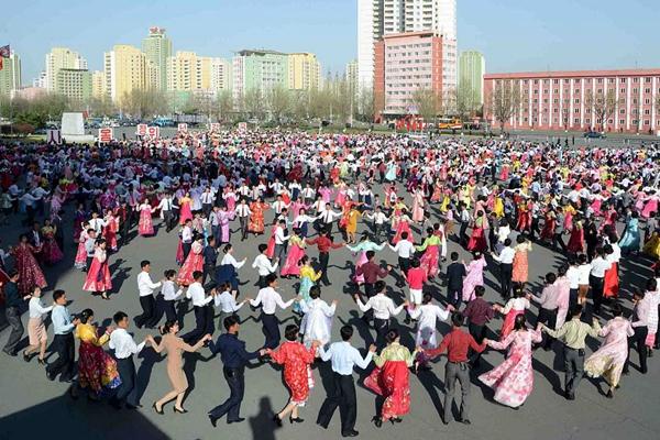 朝鲜民众载歌载舞欢庆金正恩当选第一书记5周年