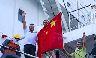 被中国解救外国船员挥舞五星红旗