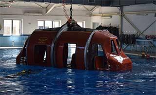 游泳池里训练飞机紧急脱困