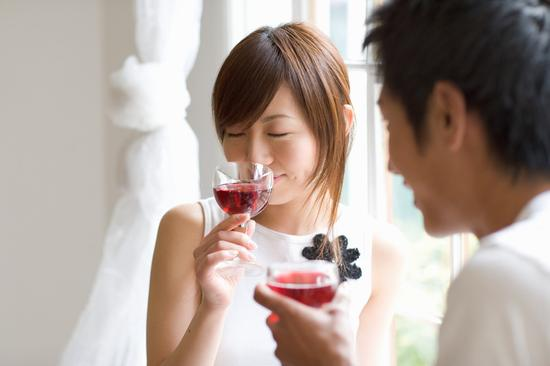 女人喝红酒的五大好处:这样喝美颜防癌