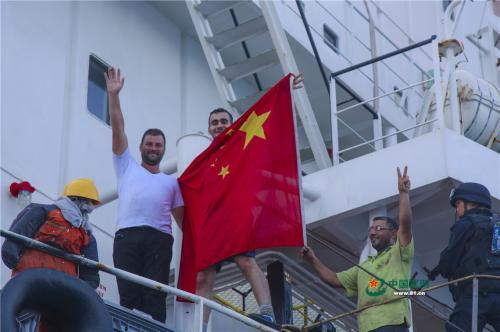 中国海军玉林舰护送被救外籍货船到达安全海域