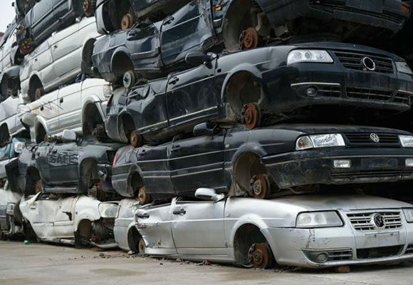 探秘汽车坟场 报废车辆堆积成山