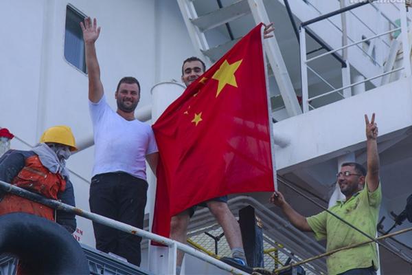 外籍船员举起五星红旗感激中国海军护航编队