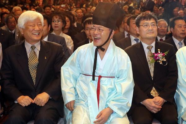 韩总统候选人文在寅现身成均馆 穿儒生服笑容满面