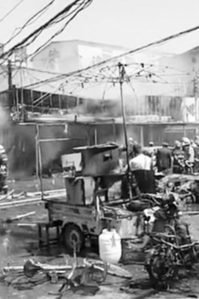 保定液化气贩运车起火爆燃 多家摊点商家被波及