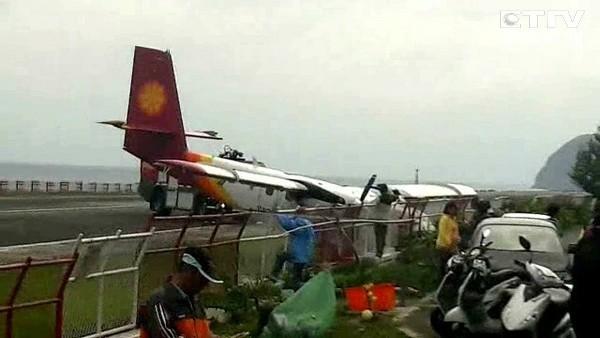 台湾一载19人飞机降落时滑出跑道冲进水沟