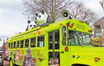 中国侨网欧维汉兹动物园专门设计的用于运送游客的熊猫大巴.