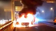 轿车中环自燃 51岁的哥奋勇拖出两百斤司机