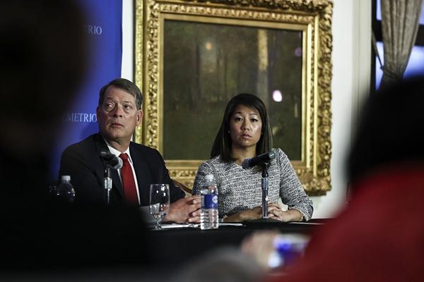 美联航暴力事件发酵 当事人女儿及律师召开发布会