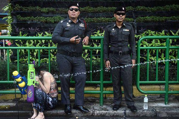 泰国民众疯狂庆祝泼水节
