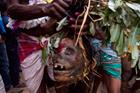 印贾教徒携带头骨游行