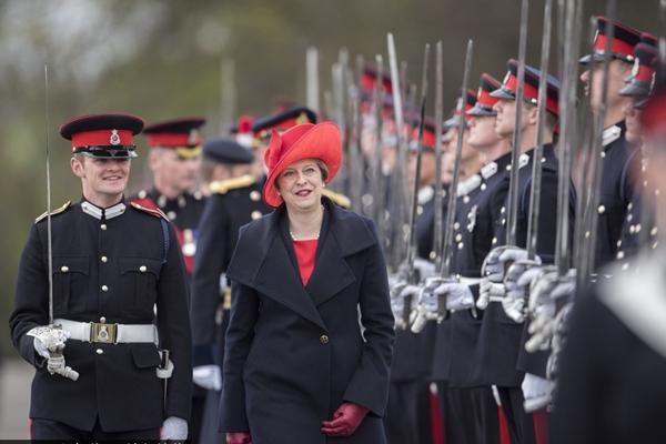 特雷莎·梅出席皇家军事学院阅兵游行 小红帽靓丽抢眼