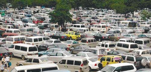 车多位少 停车难带给城市多种并发症