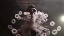 男子精通花式吐烟技巧 能吹出水母三角形