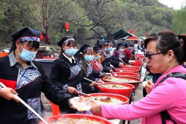 """3000名民众吃自助""""大锅饭"""" 感受部落生活"""
