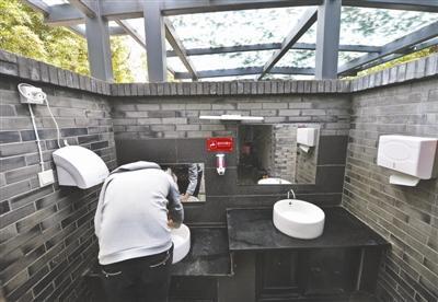 成都一公园免费厕纸浪费盗窃严重 7天用光1500卷