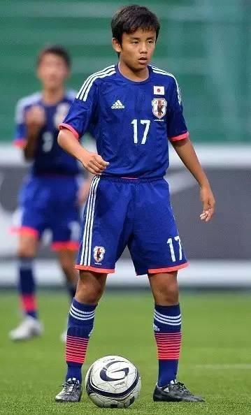 當中國梅西初中寫作業時,15歲日本梅西進球刷正在作文的校園寫圖片