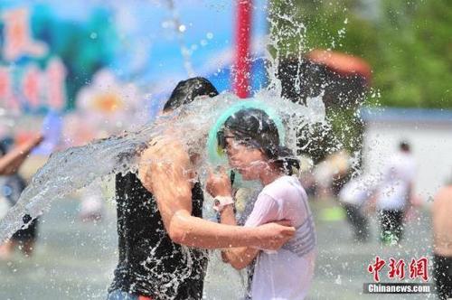"""中国游客助阵老挝泼水节上演湿身""""大战"""