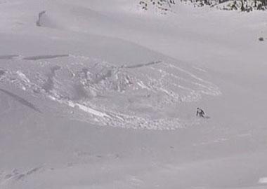 作死!美滑雪爱好者险地滑雪遇雪崩侥幸逃脱