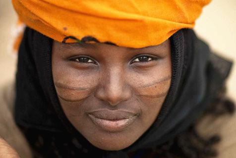 埃塞俄比亚传统部落女孩切割皮肤以疤痕为美