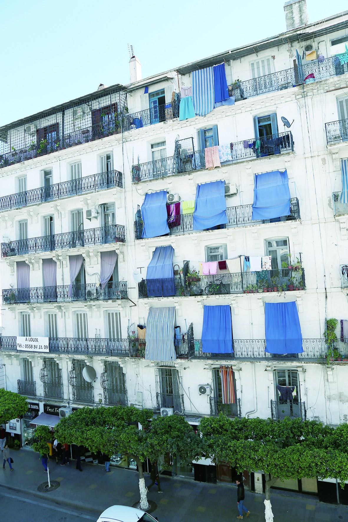 阿尔及尔的窗帘为何挂在墙外?
