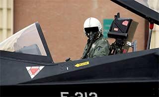 飞行员登上伊朗F313隐形战机