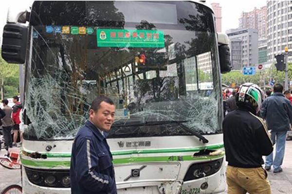 上海一公交车冲上人行道导致1人死亡,具体原因在调查