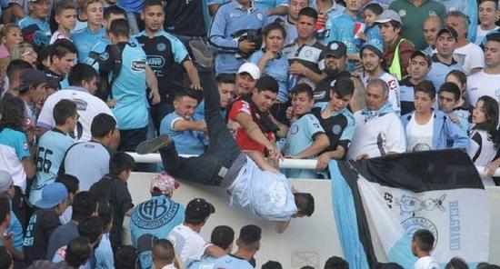 可怕!阿根廷球迷遭己方成员群殴 被扔下看台摔死