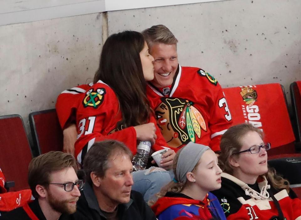 小猪伊万芝加哥看冰球赛 亲吻搂抱超甜蜜