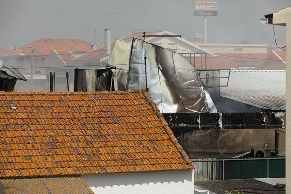 葡萄牙一架飞机坠落超市屋顶 致4人死亡