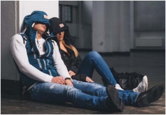 长途飞行充气枕太麻烦?这款充气连帽外套可帮忙