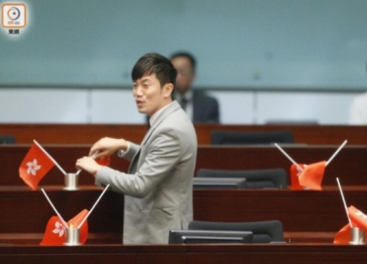 """""""港独""""议员郑松泰前往法院应诉 遭示威者抗议:滚出香港"""