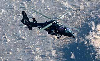 直19直升机戈壁滩上飞行很洋气