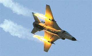 歼练9火箭弹实弹对地攻击演练