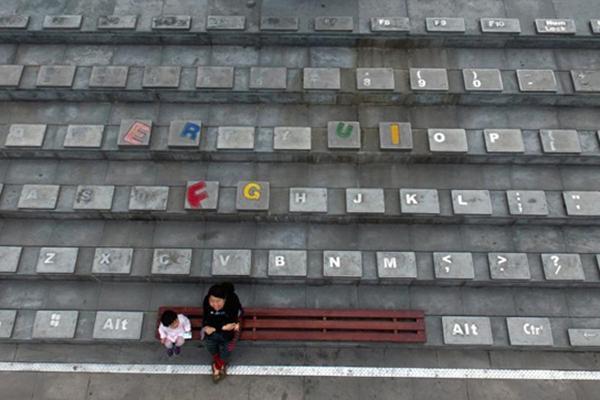 """航拍重庆一商圈地面上现巨型""""键盘"""""""