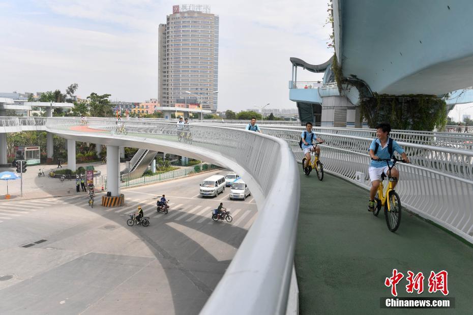 """中国首条空中自行车道 民众感受""""空中骑行"""""""